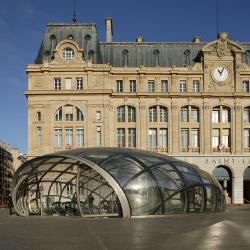 Lens-shaped glass roof over Saint Lazare metro station